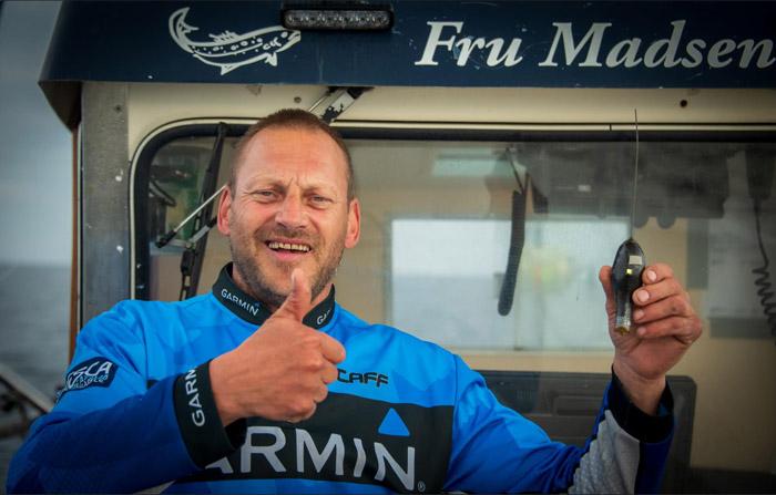 Sattelitsenderen som få dage før blev frigrivet fra den blåfinnede tun er nu bjærget af den stolte skipper Jan Rasmussen på båden Fru Madsen