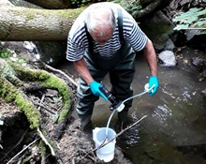 Indsamling af eDNA fra vandløb. Vandprøven filtreres på stedet og kun filter med indhold konserveres og tages med hjem.