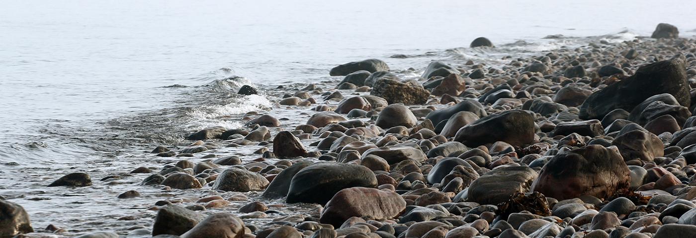 Strandkant med sten. Foto: Colourbox